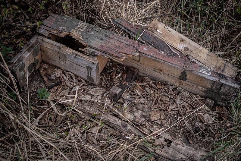 Zbytky beden v okolí skladu číslo 12 v areálu ve Vrběticích, 3. května 2021. Ve Vrběticích v roce 2014 explodoval muniční sklad. Po sedmi letech vyšlo najevo podezření na zapojení ruské tajné služby (GRU a SVR) do výbuchu.