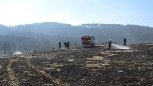 Hasiči Zlínského kraje bojují s nekonečným a nebezpečným vypalování trávy.