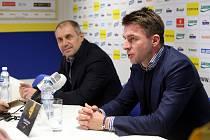 Tisková konference FC FASTAV Zlín. Roman Pivarník (vlevo) Zdeněk Grygera (vpravo)
