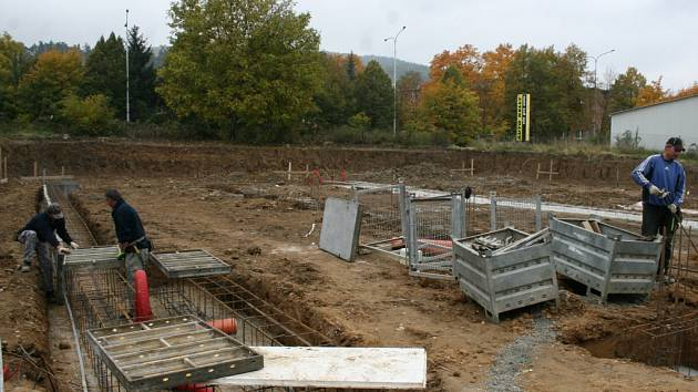 ZÁKLADY. Na místě dvou nových budov panuje čilý stavební ruch. Jejich základy jsou již zřetelné.