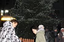 V neděli 30. listopadu ve Zlíně na náměstí Míru slavnostně rozsvítili vánoční strom. Součástí byly také trhy.