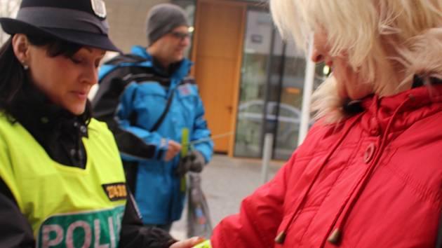 Zlínští policisté rozdávali reflexní pásky chodcům