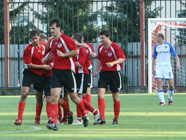 V klubku fotbalistů Brumova se raduje Petr Šindler, který se před chvílí trefil do sítě Baníku Ostrava.