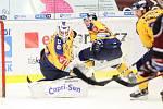 Extraligoví hokejisté PSG Berani Zlín (ve žlutém) v úterní předehrávce 11. kola podlehli pražské Spartě.  Na snímku Čiliak