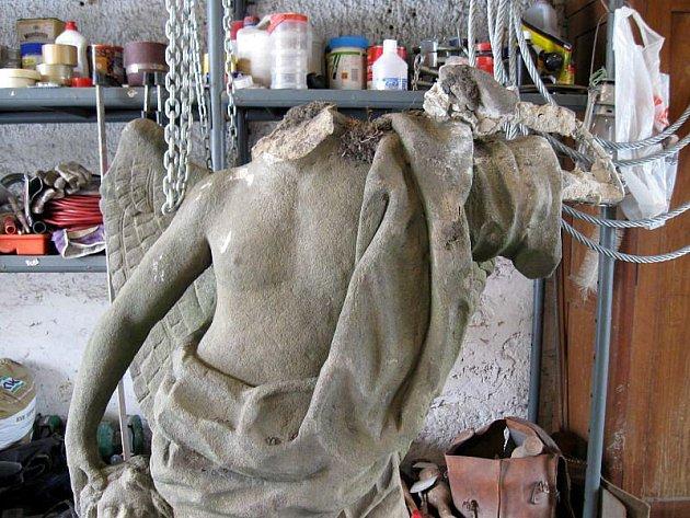 Socha Anděla Strážce původně stávala u frekventované křižovatky v lokalitě Štípa – Lešná. Loni v listopadu ji ale sejmulo auto a roztříštila se na několik kusů. Radnice ji proto nechala za několik set tisíc korun opravit.