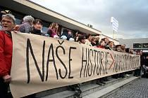 Demonstrace proti bourání hostince Horního v Malenovicích.