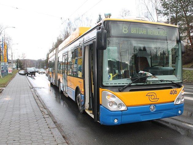 Chvilka nepozornosti na cestě a narazil do trolejbusu