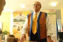 Josef Okál ze zlínské části Štípa se už řadu let věnuje včelařství. Jednou naráz dostal šedesát žihadel od včel.