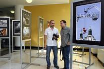 Výstava Hasiči před i za objektivem v krajském úřadu ve Zlíně.