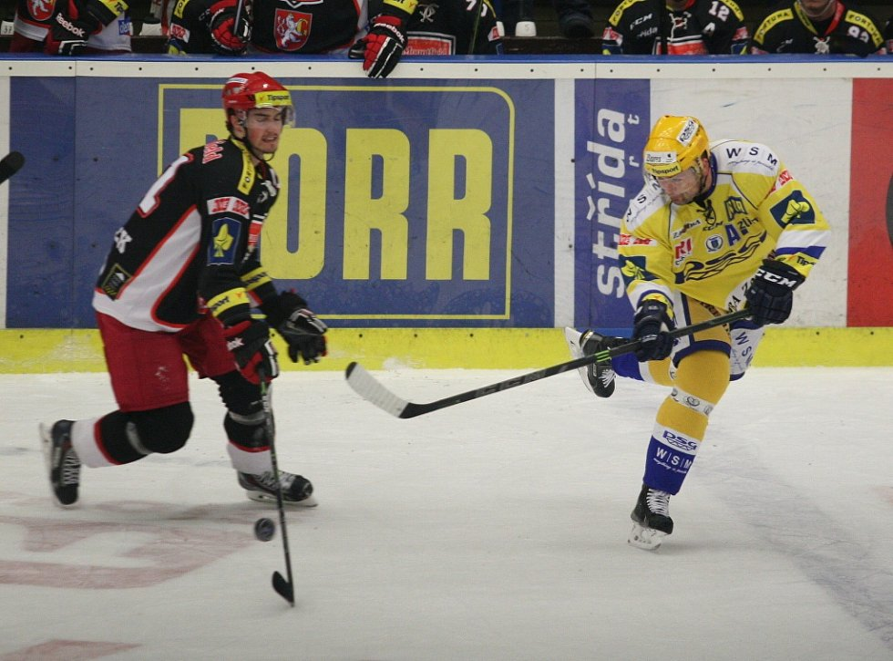Extraligoví hokejisté Zlína (ve žlutém) v 50. kole hostili Hradec Králové.