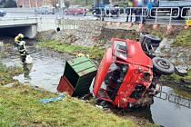 Dopravní nehoda avie plné kaprů v Bohuslavicích u Zlína - 22. 12. 2020