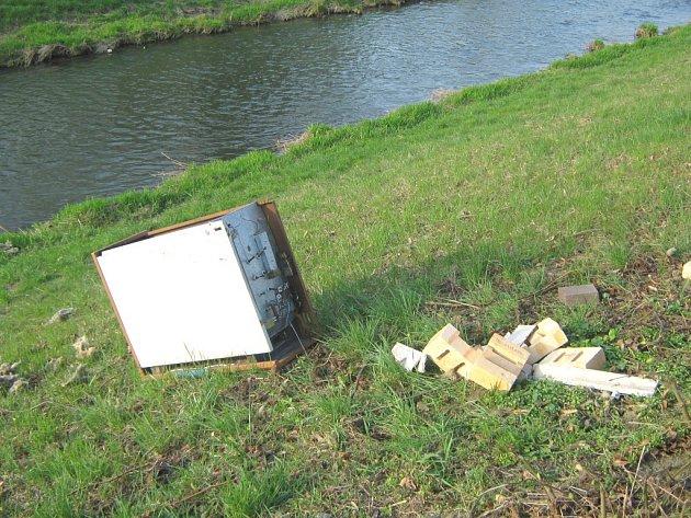 Stará akumulační kamna skončila na břehu řeky Dřevnice.