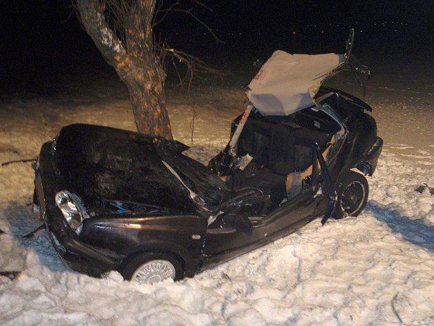 Mladý řidič havaroval do stromu.