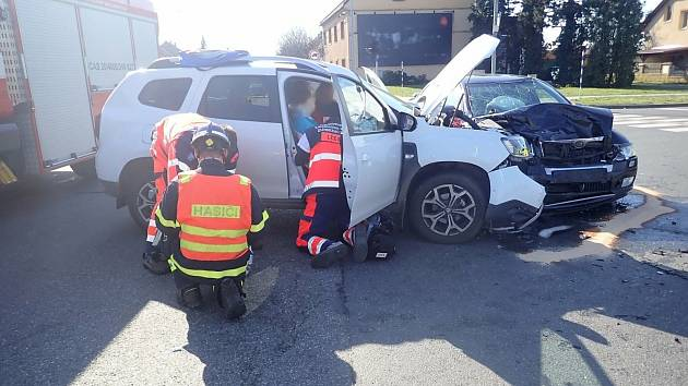 Dva osobní automobily se srazily ve světelné křižovatce ulic Nadjezd a Komenského v Otrokovicích.
