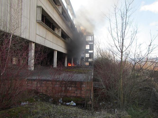 Z torza na sídlišti znovu šlehaly plameny