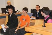 Trojice mladíků stanula u zlínského krajského soudu, aby se zpovídala hned z několika trestných činů, zejména z toho, že vyvolávali bitky. Dva z nich mají na svědomí i brutální útok na mladé Vietnamce, k němuž došlo loni v září u Musiclandu ve Zlíně.