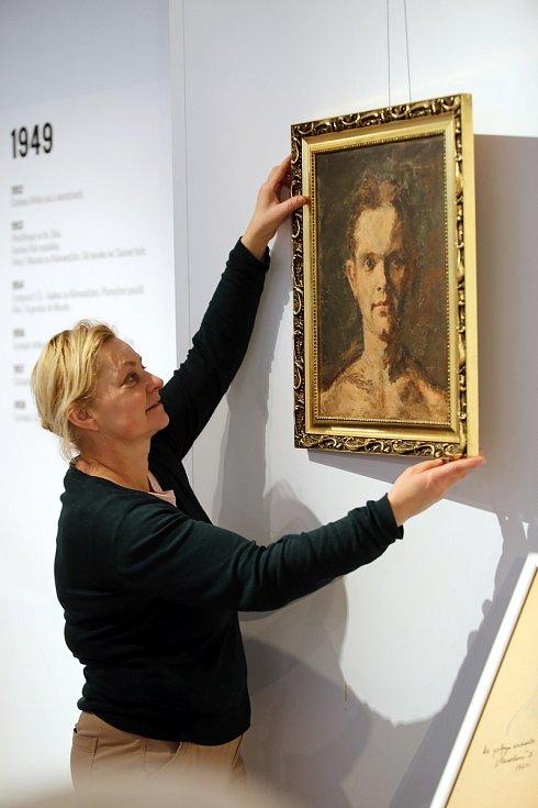 Výstava Miroslav Zikmund 100 let. Muzeum jihovýchodní Moravy. Na snímku výtvarnice Milena Gregůrková s olejomalbou portrétem M. Zikmunda od malíře Jana Ruttnara z roku 1934.