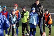 Zdeněk Grygera trénuje s malými fotbalisty ve Zlíně.
