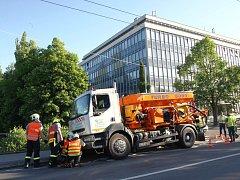 Nákladní auto propadlé u přehrady ve Zlíně.