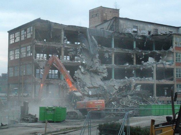 Neúprosná realita: tak mizí tovární budovy ze světa