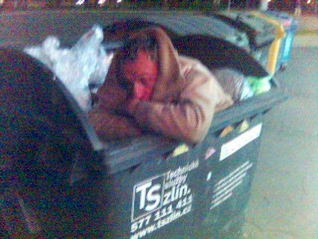 BUDÍČEK. Probuzeného muže vyfotografoval zaměstnanec Technických služeb Zlín mobilním telefonem.