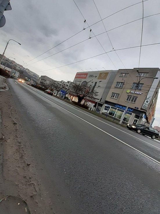 Dalším místem, kde si v krajském městě lidé zkracují cestu, je spodní konec ulice Dlouhá u prodejny Hudy sport a koncem ulice Zarámí. Kdysi zde býval přechod, ten ale město právě kvůli bezpečnosti chodců zrušilo.