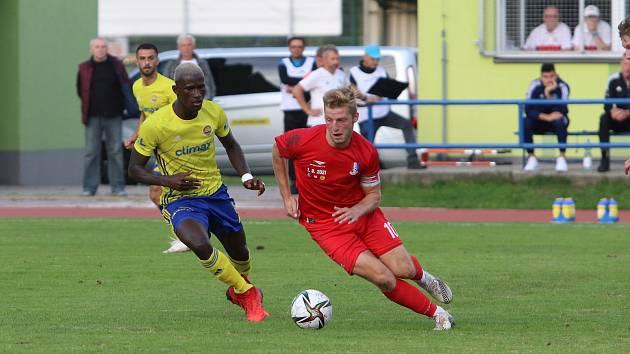 Blanenský fotbalista Marek Mach (v červeném) si zahrál v pohárovém utkání proti prvoligovému Zlínu.