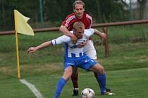 Josef Barot (v červeném) v dresu Spytihněvi proti napajedelskému Davidu Sklenářovi. Nyní již sdílejí společnou kabinu.
