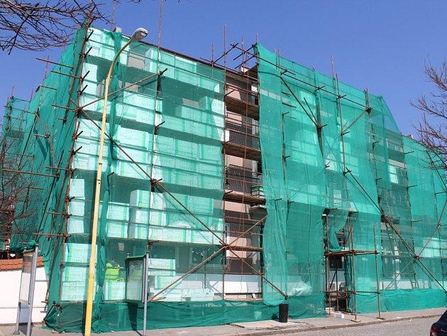 V Tlumačově dělníci už více než měsíc pracují na výměně oken, dveří a zateplení budovy obecního úřadu.