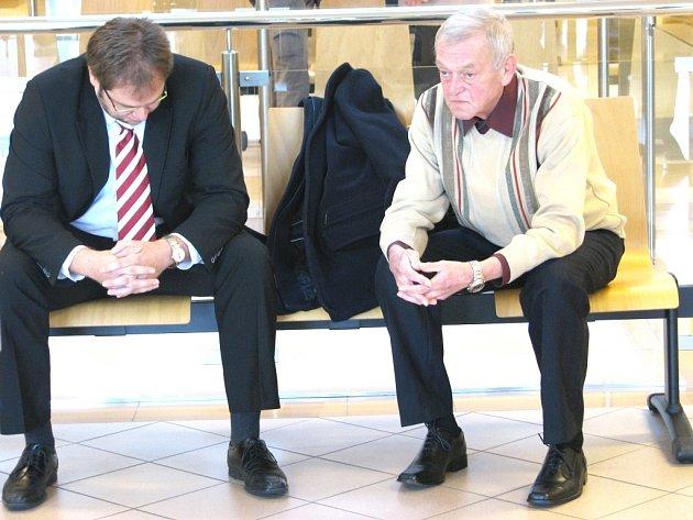 Šofér linkového autobusu Rudolf Fimbinger (vpravo) stanul před Okresním soudem ve Zlíně