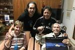 Za cestovatelem Miroslavem Zikmundem přijeli členové souboru Whakaari Rotorua z Nového Zélandu, aby mu gratulovali ke 101. narozeninám.