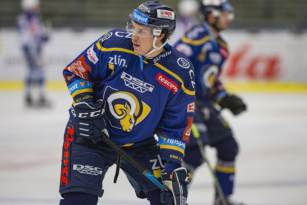 Extraligoví hokejisté Zlína (v modrém) v dohrávce 7. kola extraligy v úterý vyzvali  Kometu Brno. Na snímku: Tomáš Fořt