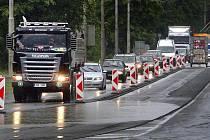 Výrazné dopravní komplikace způsobila ve čvrtek 9. června oprava silnice na třídě Tomáše Bati ve Zlíně – Loukách. V nejbližších týdnech se tak musí řidiči ve Zlíně připravit na omezení na celkem 4 místech na hlavní dopravní tepně městem.