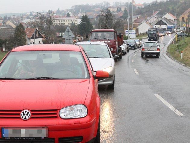 Ve Zdounkách při výjezdu z obce směrem na Těšánky či Roštín se v pondělí 1. prosince 2014 utvořila kvůli ledovce zhruba dvoukilometrová kolona. Auta nemohla vyjet mírný kopec.