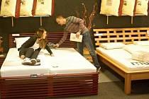Jaroslav Vévoda v Bett studiu zdravého spánku v takzvaném Ušatém domě v Olomouci předvádí sortiment matrací, roštů a postelí.