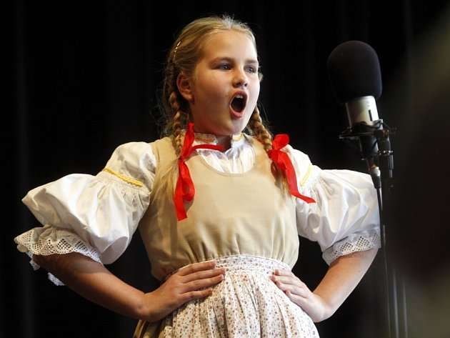 XX. ročník soutěže zpěváků Trnečka 2014 v komorním sále ZUŠ ve Zlíně - Magda Radoňová z Vizovic