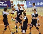 Volejbalisté Zlína (v bílo-modrém) o víkendovém 2. kole extraligy doma porazili Ostravu 3:1 na sety.