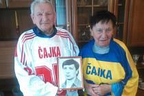 Rodiče Luďka Čajky s fotografií syna, který zemřel na zranění ze zápasu hraného 5. ledna 1990 v Košicích
