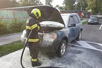 Hořící automobil odtlačil majitel z parkoviště