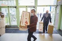 Nadace SYNER věnovala Zlínskému kraji roušky a ochranné rukavice.