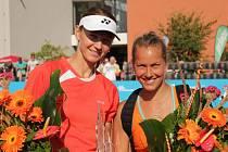 Renata Voráčová (vlevo) společně s Barborou ZáhlavovouStrýcovou vyhrály čtyřhru na turnaji v Olomouci.