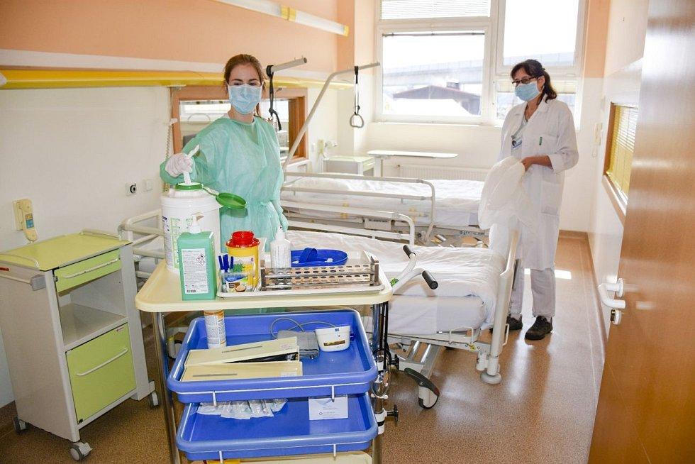 Zdravotníci zřídili i dočasné lůžkové infekční oddělení ve Vsetínské nemocnici, kam byli směřováni pacienti z celého kraje, kteří potřebovali infekční lůžkovou péči mimo covid