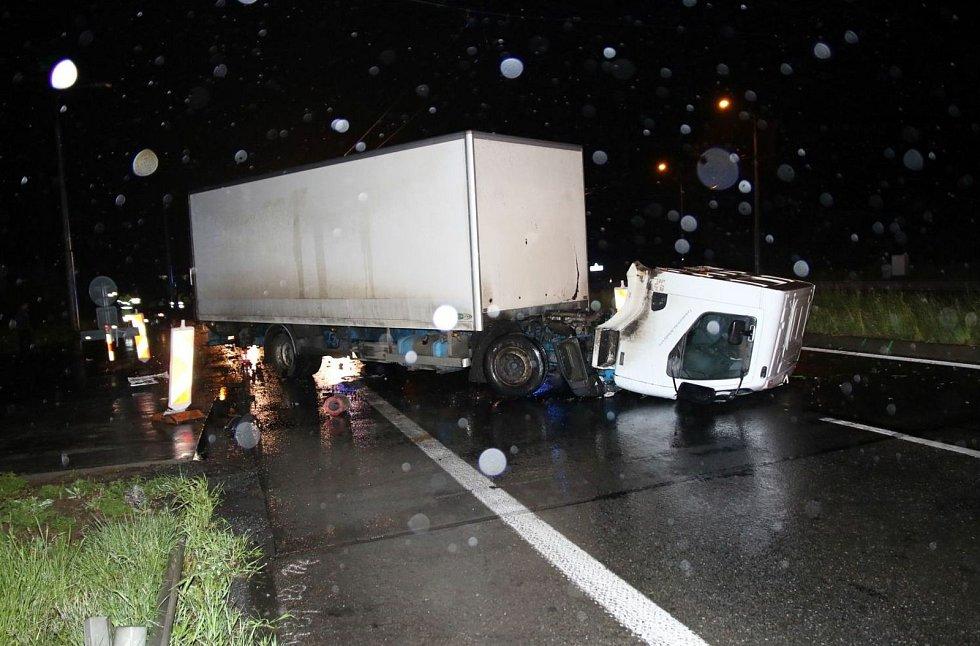 Srážka osobního a nákladního vozidla si ve čtvrtek večer mezi Zlínem a Otrokovicemi vyžádala lidský život.
