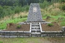 MOHYLA. Na počest mrtvých byl na Křibech v Březnici vybudován památník. Kolem bylo vysazeno symbolických 19 bříz. Památník stojí nedaleko Durajovy bývalé samoty.
