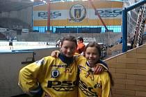 Hokejové útočnice PSG Zlín Natálie Mlýnková a Sára Čajanová čeří vody i mezi kluky.