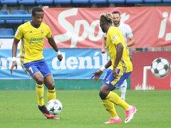 Fotbalisté Fastavu Zlín (ve žlutém) v rámci 4. kola I. ligy doma hostili MFK Karviná.