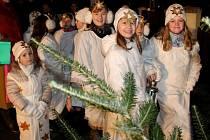 V pátek 23. prosince 2016 se v Lukovečku konalo tradiční Zpívání koled u kapličky a předávání Betlémského světla.