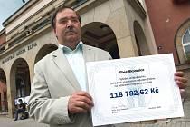 Starosta záplavami postižených Skorošic František Kadlec přijal šek ve výši téměř sto dvacet tisíc korun.