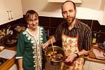 Ředitel zlínského divadla Petr Michálek si v Tiché aukci laskavosti vydražil gurmánský zážitek. Učil se vařit tuniský tajine.