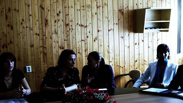ODBORNÍCI Z FRANCIE. Semináře Dítě v krizi se zúčastnili i odborníci na dětskou kriminalitu z Francie spolu s Ghislaine Vale (vlevo vedle tlumočnice), která působí v oblasti bezpečnosti na ministerstvu vnitra.